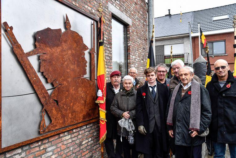 Op de site Patattenmolen in Opstal huldigde de Oud-Strijdersbond een nieuw kunstwerk, gemaakt uit granaathulzen, in.