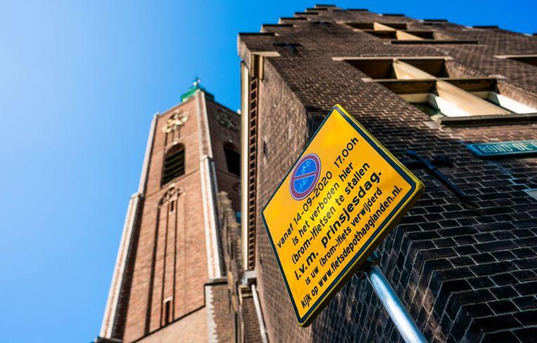 Een bord voor de Grote Kerk in Den Haag waar morgen de Troonrede wordt voorgelezen door koning Willem-Alexander. Beeld Freek van den Bergh / de Volkskrant