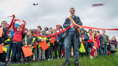 Oostrozebeke 'viert' Wereld Downsyndroomdag: burgemeester knipt lintje terwijl 'Piloot met Down' voorbijvliegt