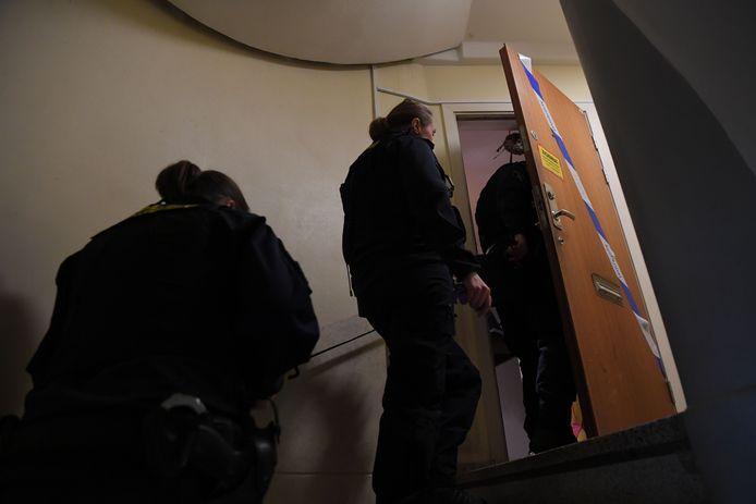 Politie aan het appartement.