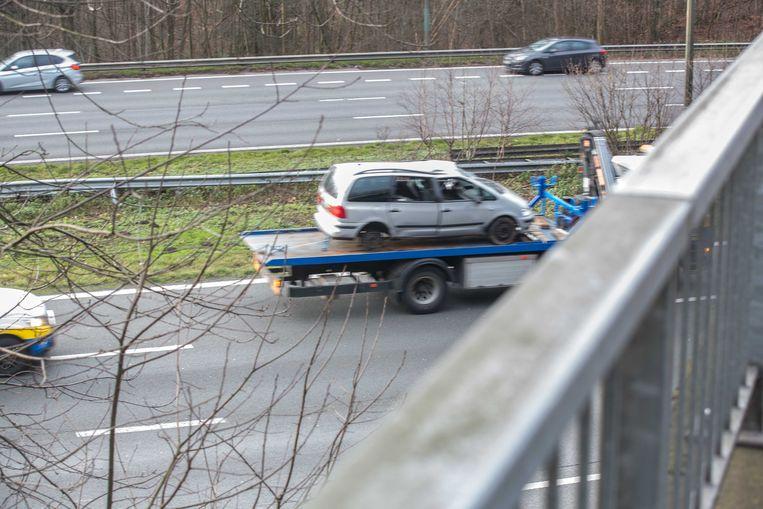 De gehavende wagen diende te worden getakeld