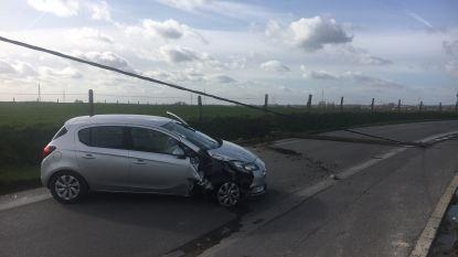 Elektriciteitspaal valt over weg nadat auto ertegen knalt