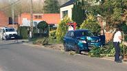 Twee wagens botsen, vrouw gewond