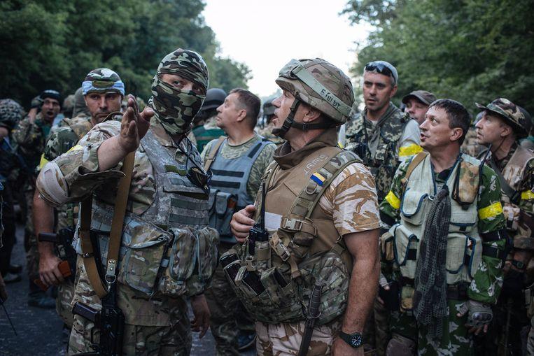 Oekraïense soldaten worden gebriefd voor de slag om Ilovajsk, augustus 2014. Beeld EPA