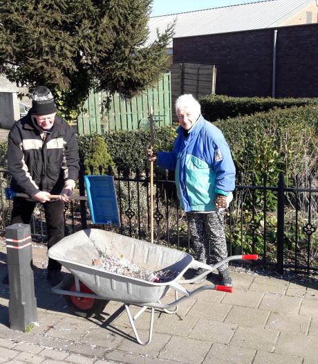 Harrie (81) en Truus (68) van Hulten ruimen carnavalsrommel op; 'alleen al drie kruiwagens vol plastic glazen'
