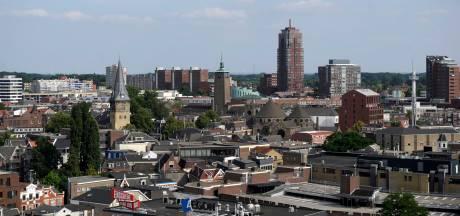 Gedichten lezen kan tijdens Poëzieweek in Enschede op muren van kerk