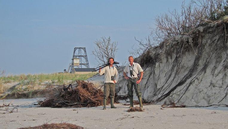 Tim van Nus (l) en Henk Mellema (r) op Rottumeroog. 'We liggen niet de hele dag met verrekijkers in het gras naar vogels te turen. Beeld Staatsbosbeheer