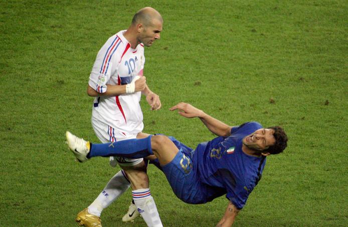 Zinedine Zidane geeft een kopstoot aan de Italiaanse verdediger Marco Materazzi tijdens de WK-finale in 2006.