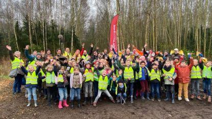 """Leerlingen helpen bosrand aanplanten: """"Kunnen niet wachten op speelzone in bos!"""""""