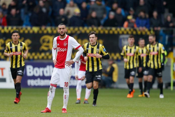 Frustratie bij Hakim Ziyech. Door de nederlaag tegen Vitesse kan Ajax de titel vrijwel zeker vergeten.