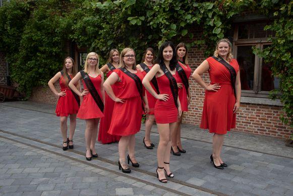 Acht van de negen kandidates voor de titel van Miss Elegance werden voorgesteld in het Burgemeestershof in Massemen (Wetteren).