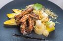 Hoofdgerecht: boneless ribs van het Ibericovarken, met pittige ananas, taugé, witlof en gekonfijte aardappel. Met verse winterpostelein en een wasabicrumble.
