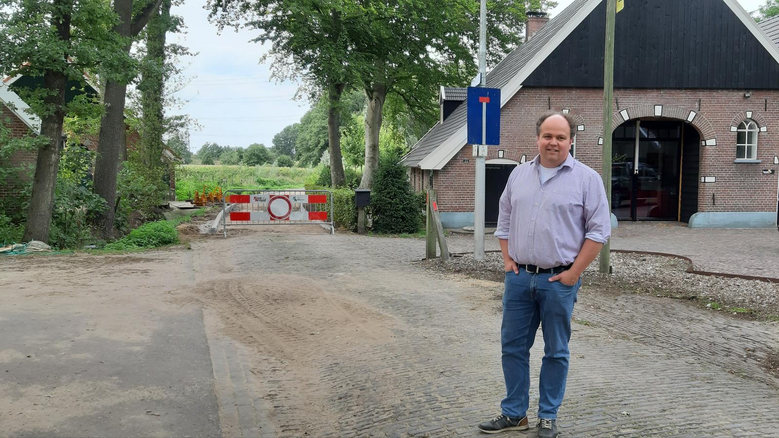 Alex Barends op de (doodlopende) Harberinksweg. Links de met asfalt belegde Keuperweg, op de plek waar fiets bij een nat wegdek nog wel eens ten val komen.