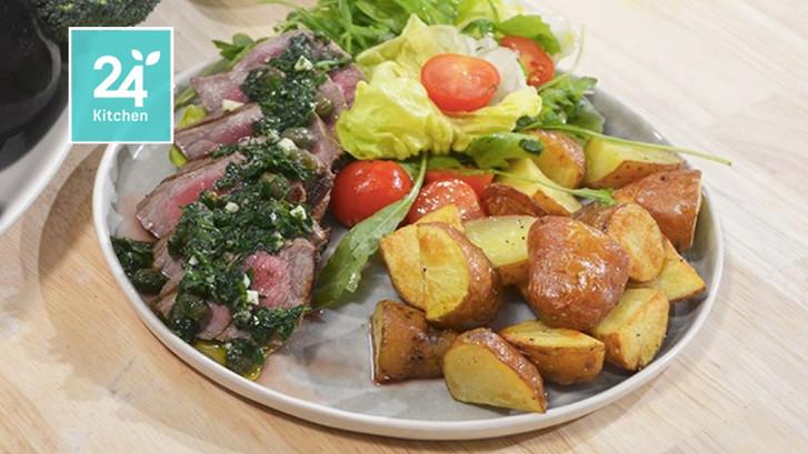 Gegrilde biefstuk met kruidensalsa en aardappeltjes uit de oven