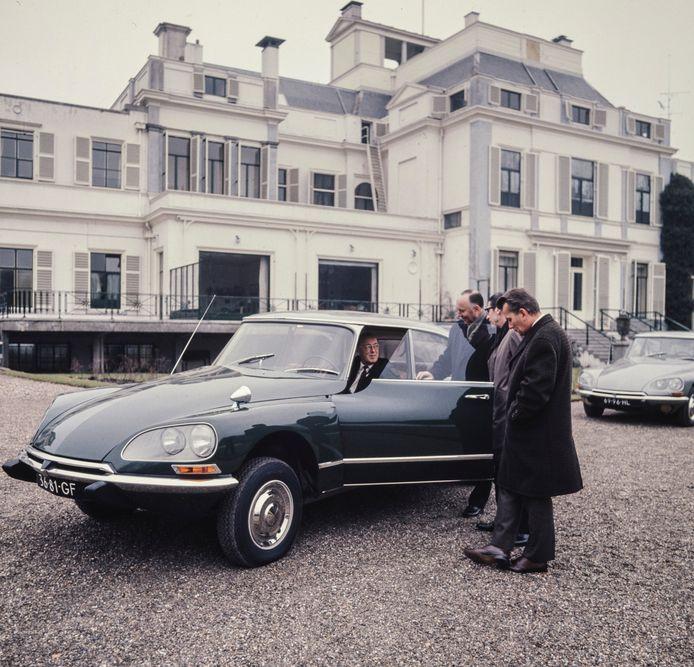 Prins Bernhard bewondert de Citroën DS in 1960, als de auto voor hem wordt gepresenteerd bij Paleis Soestdijk.