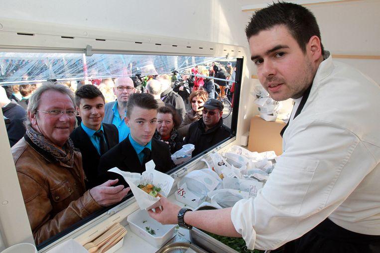 Floris Pancoucke serveert fish and chips in de smaakmobiel.