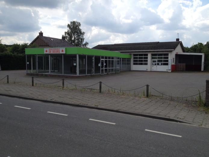 De showroom, de loods en het huis op de achtergrond maken plaats voor drie vrijstaande woningen op grote kavels. Tot voor kort was hier aan de Oldenzaalseweg in Tubbergen kringloopbedrijf De Beurs gevestigd.