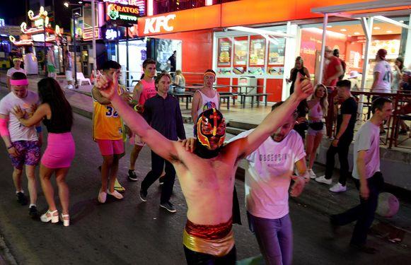 Feestende buitenlandse toeristen doen de vrees voor nieuwe uitbraken oplaaien bij lokale bewoners.