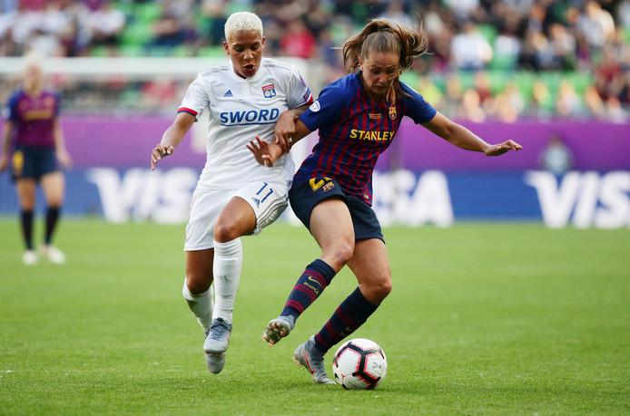 Shanice van de Sanden (l) in duel met Lieke Martens tijdens de Champions League.