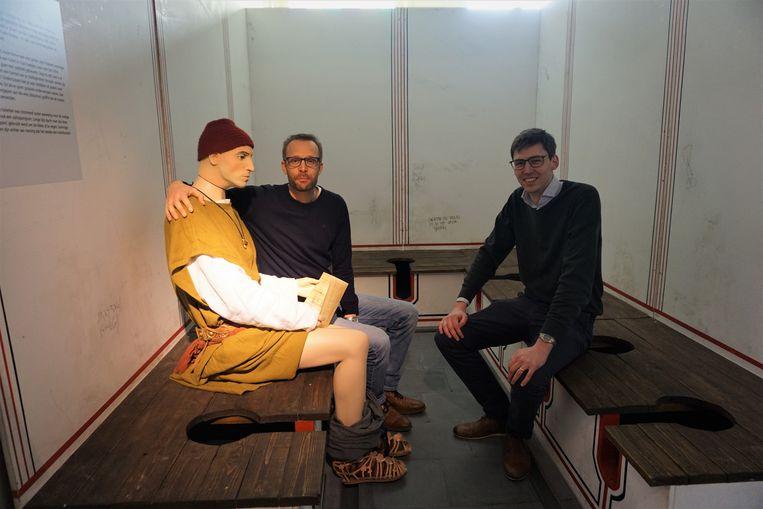 Wouter Dhaeze en schepen Stijn Jonckheere (N-VA) stellen de nieuwe tentoonstelling in het Romeins Archeologisch Museum van Oudenburg voor.