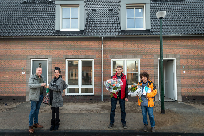 V.l.n.r.: Inspecteur Walter van Nistelrooij, bewoonster Sandra Groeneveld, Lauran van Poppen namens bouworganisatie Van der Heijden en bewoonster Renée Beekwilder.