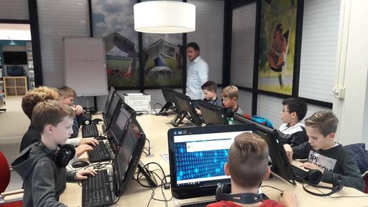 Kinderen leren alles over hacken in de bibliotheek in Uden.