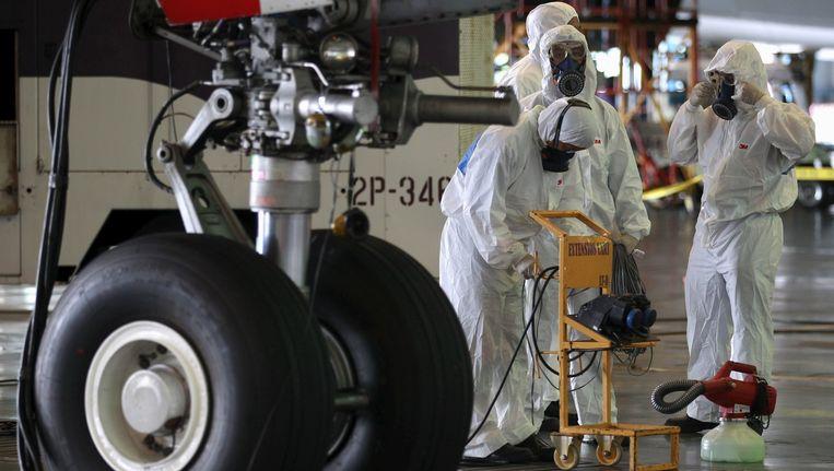 Werknemers van de luchtvaartmaatschappij 'Thai Airways' desinfecteren alle vliegtuigen die terugkeren uit Zuid-Korea en Dubai.