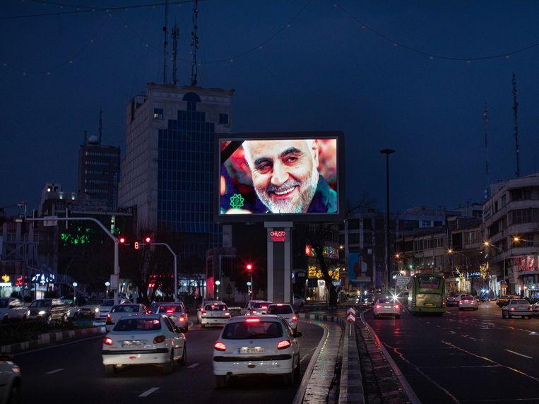 Op een billboard in de Iraanse hoofdstad Teheran prijkt een foto van de door de VS geliquideerde generaal Qassem Soleimani.  Beeld null