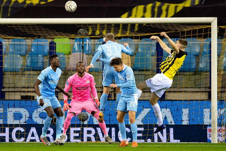 Yvon Mvogo en Ibrahim Sangare kijken machteloos naar de bal die Jacob Rasmussen naar de verre hoek kopt, het staat 1-0 voor Vitesse.  Beeld Guus Dubbelman / de Volkskrant