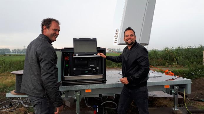 Harold van Nistelrooij (links) en Brendan Williems bij de radarapparatuur.