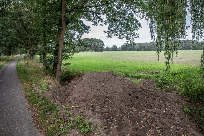Op deze locatie aan de Gijzenrooi, nog net in Geldrop, komt het depot voor het werk aan de tijdelijke rioolbuizen over de Stratumse Heide in Eindhoven. Hier wordt ook de aansluiting op het vaste riool gemaakt. FOTO TON VAN DE MEULENHOF/FOTOMEULENHOF