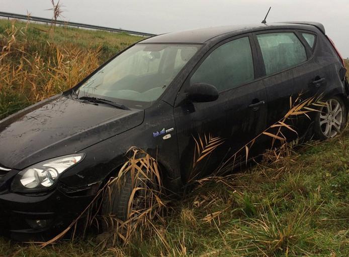 De auto belandde in de sloot en raakte aan de achterzijde beschadigd.