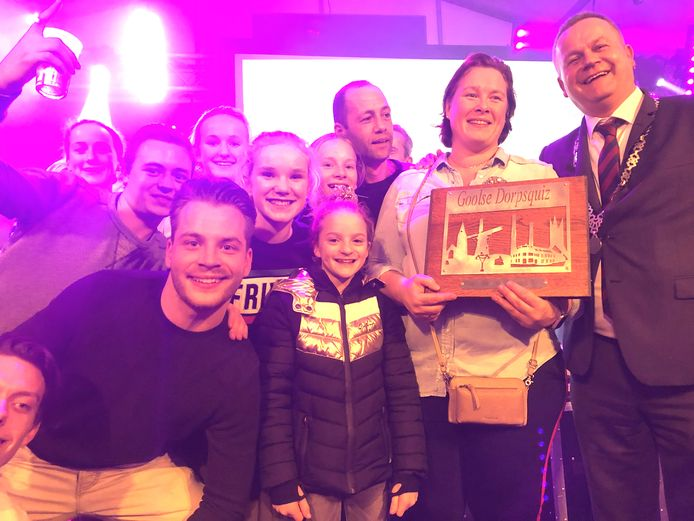 De winnaars van de Dorpsquiz in Goirle vorig jaar. Dit weekeinde is het weer zover, Riel mag volgend jaar weer gaan puzzelen.