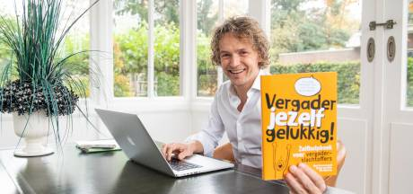 Vriezenvener Rik Nijkamp bindt in het boek 'Vergader jezelf Gelukkig' strijd aan tegen vergadertijgers