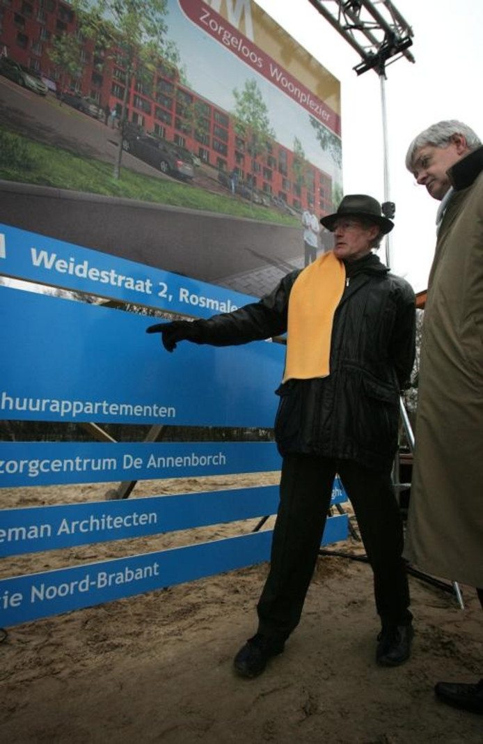 Een informatiepaneel van de bouw zorgcentrum De Annenborch in Rosmalen, die DKM te duur heeft verstrekt. Rechts DKM-directeur Simon Jansen. foto Sandra Peerenboom