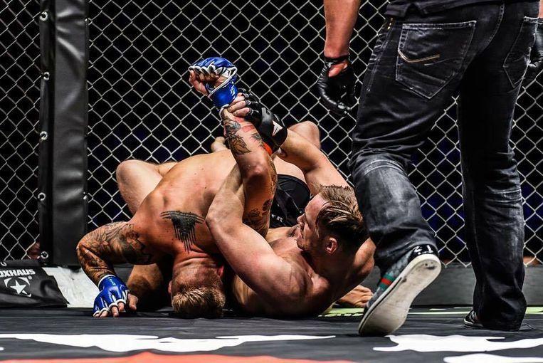 De Belgische MMA'er Maarten Wouters (rechts) voert een armklem uit bij een tegenstander.