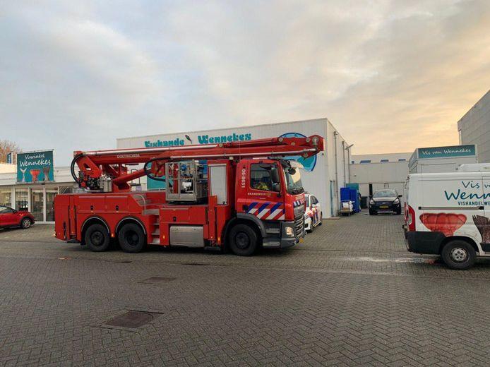 Brandweer bij de vishandel in 's-Heerenberg waar dit weekeinde is ingebroken.