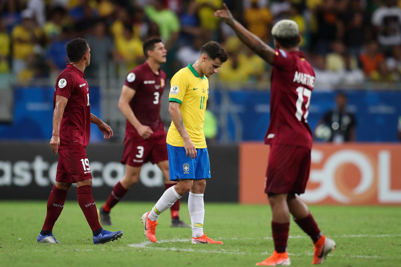 Philippe Coutinho (m) baalt dat ook zijn goal is afgekeurd.