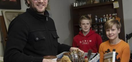 Schilder Menno uit Borculo beweegt mee met de crisis, maar verdient 'duidelijk minder'