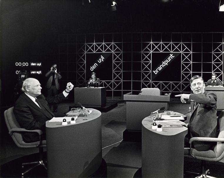 8. Debat: Van Agt (rechts) en Den Uyl (links), 1981. 'Ze debatteren gepassioneerd, met een vijandigheid die zich uit in inhoud.' Beeld KRO