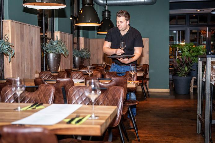 Bedrijfsleider Dirk Martens maakt de tafels op voor de prikkelarme avond. Er is bewust geen foto gemaakt tijdens het eten om geen extra prikkels te geven.