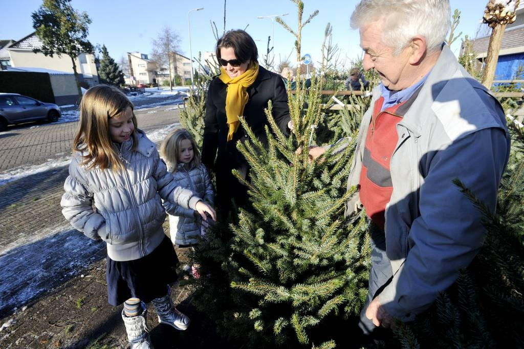 Barbara Manders koopt met dochters Sofie en Roos een boom als verassing voor haar man Remco.