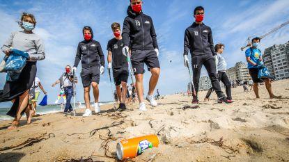 Spelers KV Oostende stoppen Proper Strand Lopers handje toe