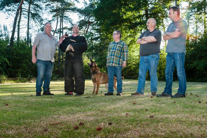 De Zoekers bestaan vijftig jaar, v.l.n.r. Piet Verbraeken, Coyan Kooiman, hond Carlo, Ad Verdiest, Jos Vriens en Ad Jongeneelen.