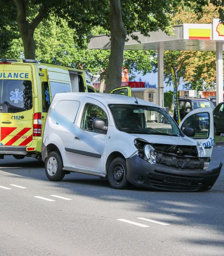 Busje en auto botsen op elkaar bij tankstation in Emmeloord