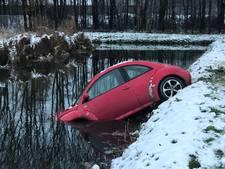 Driften op spekgladde parkeerplaats gaat mis: auto eindigt in water