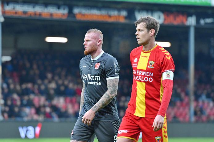 Thomas Verheydt (links) wordt als spits van Almere City geschaduwd door GA Eagles-captain Jeroen Veldmate.