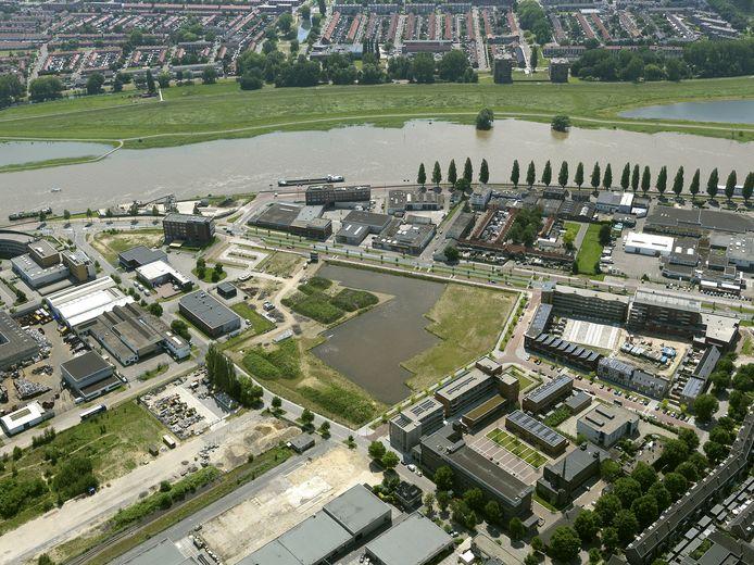 Uitzicht vanuit de lucht op het toekomstige woongebied Nieuw Kadekwartier, met op de voorgrond de waterplas van Fluvium en op de achtergrond het huidige Rijnwijk.