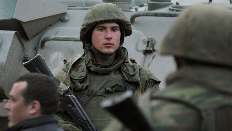 Een gewapende man houdt de wacht in de door de Russen bezette basis in Feodosiya op de Krim. Beeld afp