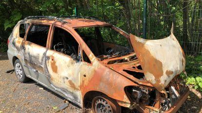 Wagen brandt uit op oudjaar: gemeente laat wrak deze week takelen